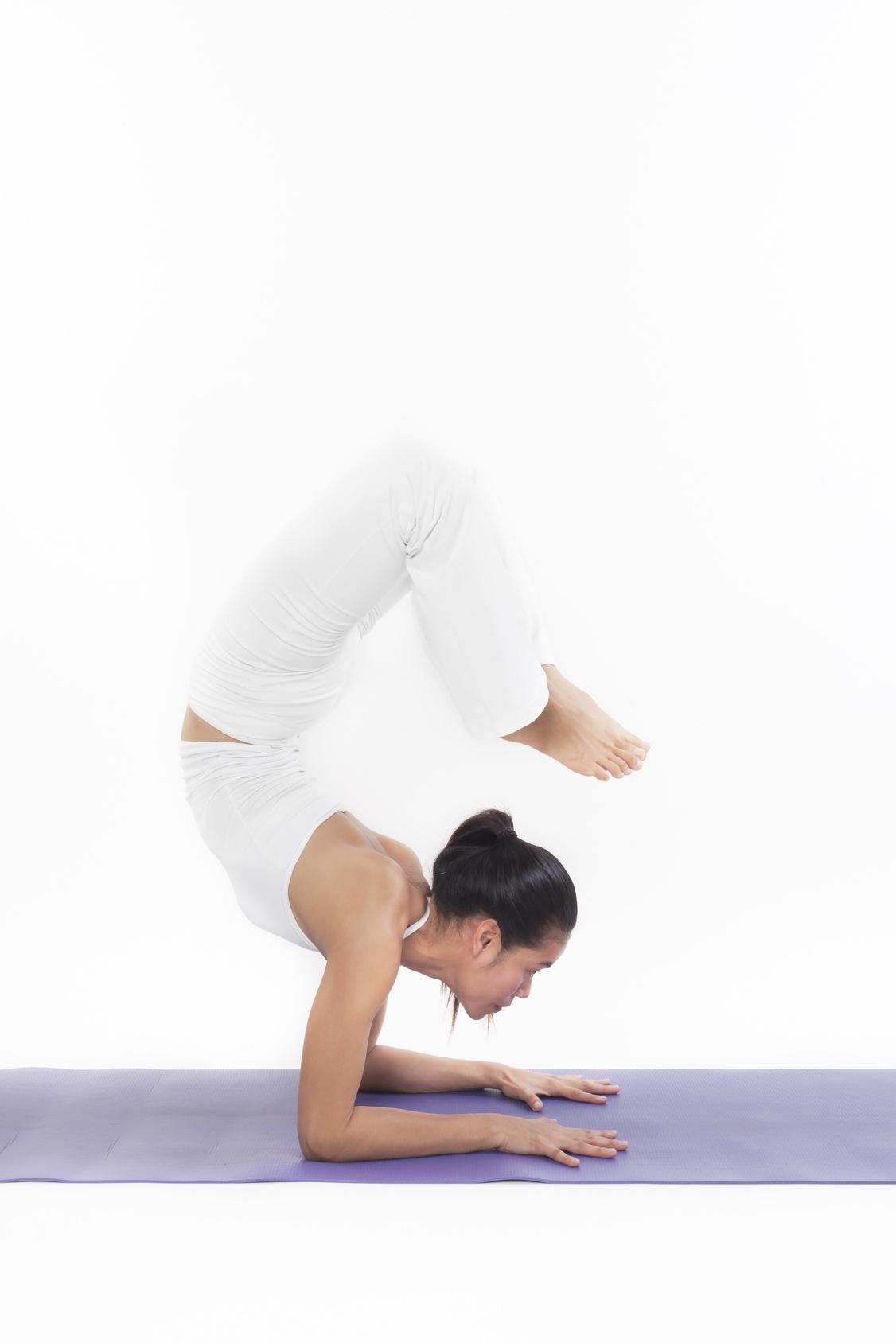 yogimag-posture scorpion tapis yoga accessoire