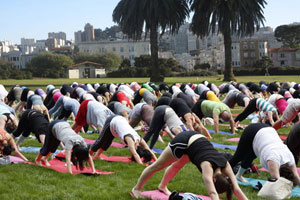 cours tapis de yoga en groupe
