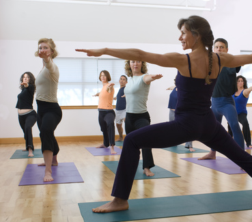 Exercices Yoga Détox - posture du guerrier gainage yogimag