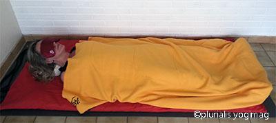 posture allongée pour méditer