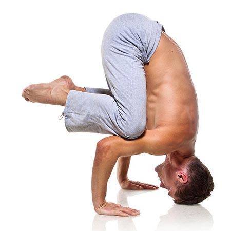 Posture de yoga homme renforcement musculature