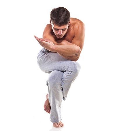 Posture de yoga pour homme d'équilibre
