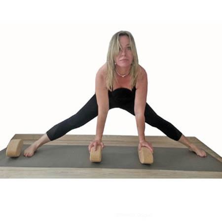 Posture de yoga grand angle avec brique ovale egg