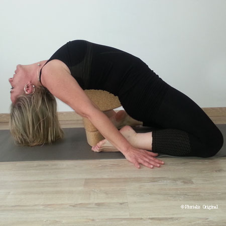 Posture yoga dorsale brique yoga ovale egg en liège