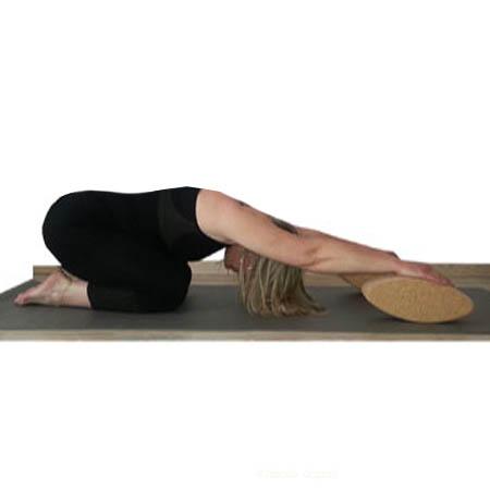 Posture yoga d'étirement avec brique de yoga ovale egg en liège