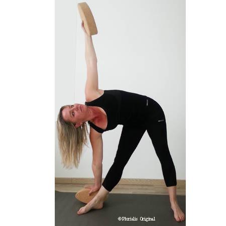Posture yoga du triangle avec brique ovale egg