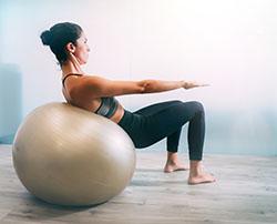 Crunch yoga avec ballon swiss ball