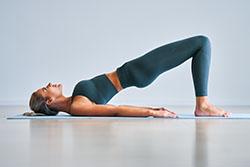 Exercice de yoga de gainage des fessiers pour perdre du poids