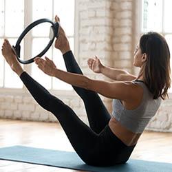 Exercice de body fitness avec pilates circle