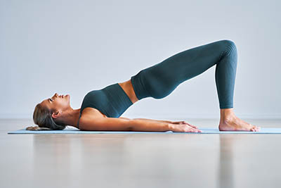 Exercice de yoga musculation du fessier le guerrier II