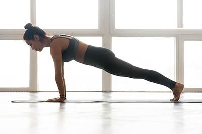Posture de yoga renforcement abdominal la planche